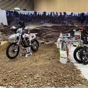 Le @salondu2roueslyon c'est à partir de demain ! Avec cette édition digitale, nous restons les « locaux » de cet événement avec une forte empreinte @moraco.fr mais aussi un beau décor à l'effigie du @team2b.upbymoraco.   #motocross #enduro