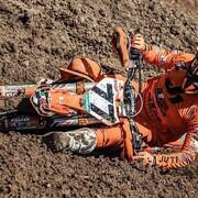 How low can you go?   Si tu as une photo de toi avec le protège mains qui frotte par terre, tu peux la poster ici.  Allez ok, les chutes sont acceptées.   Hey merci @rtech_mx pour la protection des doigts.   #motocross