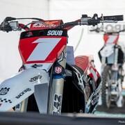 👌🏽 Ça biche toujours autant sous les tonnelles UP du @team2b.upbymoraco.   On se retrouve ce week-end à Villars pour la dernière épreuve du @24mx_tour.   📸 @mxjuly   #motocross #supercross
