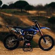 350 SXF : la moto de monsieur tout le monde by @mxtest.youtube.   Il y a des pièces de chez UP Design by Moraco sur cette machine, tu les as trouvées ?   #motocross